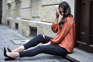 fashion blog aus münchen olivia julietta denim ripped jeans schwarze high heels